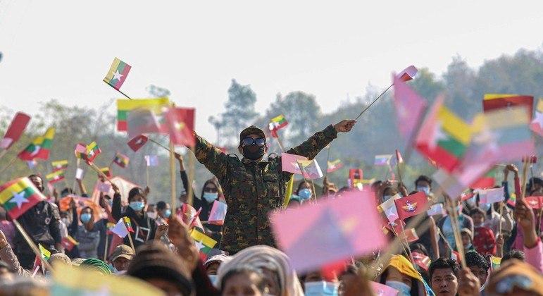 Jovens manifestantes marcham pelas ruas contra o golpe de 1º de fevereiro