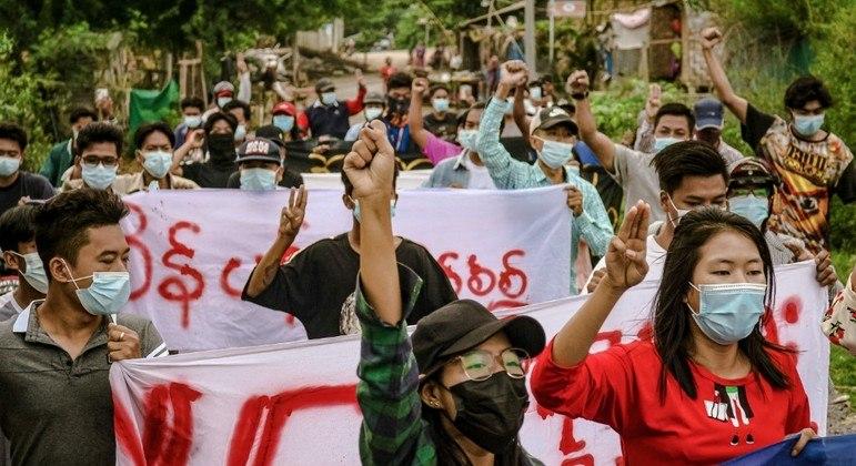 Protestos são reprimidos com violência em Mianmar desde o golpe, em fevereiro