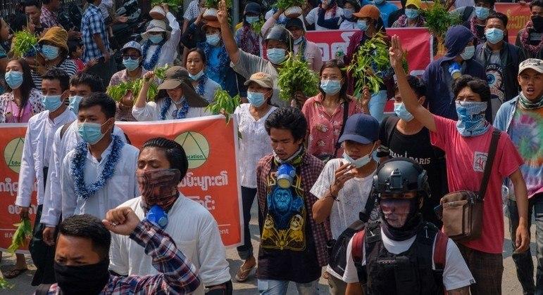 População de Mianmar faz protestos contra o tomado do poder pelos militares do país