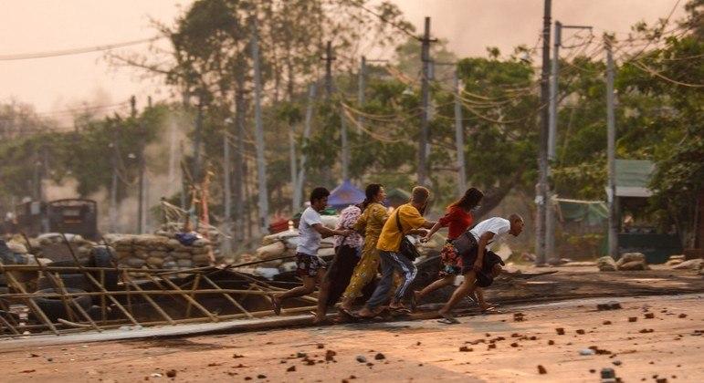 Manifestantes resgatam feridos em barricada improvisada em Rangon