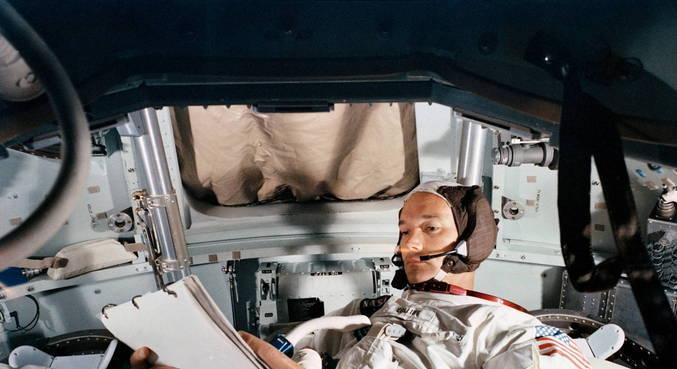 Collins permaneceu no módulo enquanto Armstrong e Aldrin andavam na Lua
