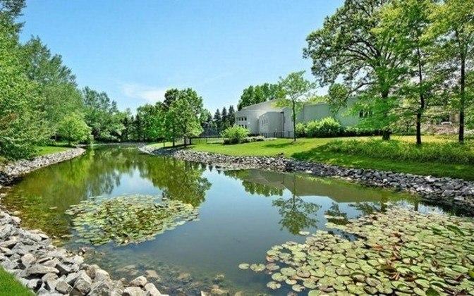 Michael Jordan tem um lago com peixes na parte externa.