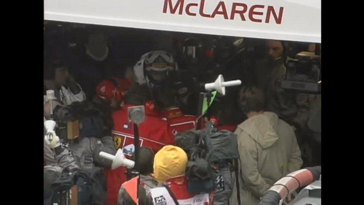 Michael Schumacher foi contido pelos mecânicos da McLaren ao tentar agredir David Coulthard na Bélgica, em 1998. O alemão liderava a prova, mas se envolveu em acidente com o escocês, que era retardatário