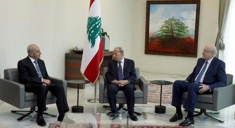 Michel Aoun (centro), Najib Mikati (à dir.) e Nabih Berri (à esq.) formalizaram novo governo