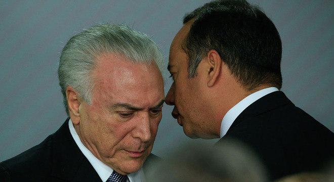 Temer conversa com Leandro Cruz, ministro do Esporte, durante cerimônia em Brasília