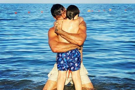 Michele Morrone com o filho no mar