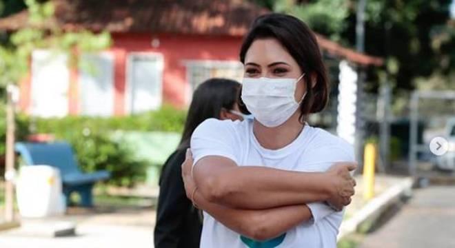 Michelle participa de entrega de cesta básica em lar de idosos em Brasília