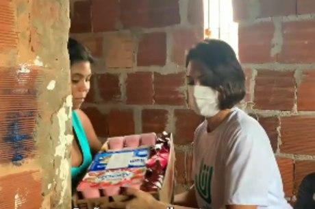 Primeira-dama entrega alimentos em comunidade