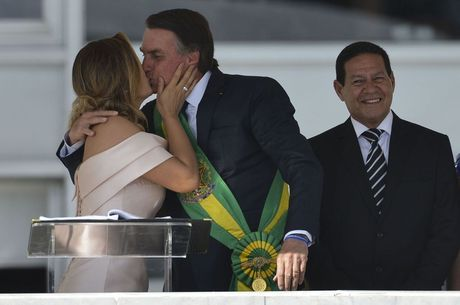 Michelle quebra protocolo e beija Bolsonaro