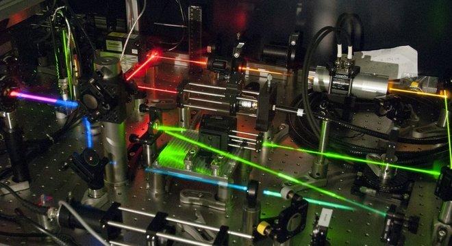 Os físicos estudam a luz usando microscópios poderosos