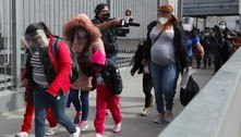 Grupos de migrantes cruzam fronteira em busca de asilo nos EUA