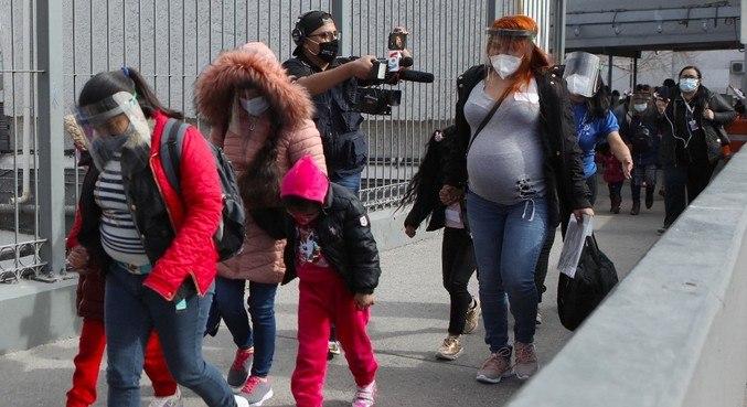 Migrantes que pediram asilo nos EUA atravessam a fronteira em Ciudad Juarez
