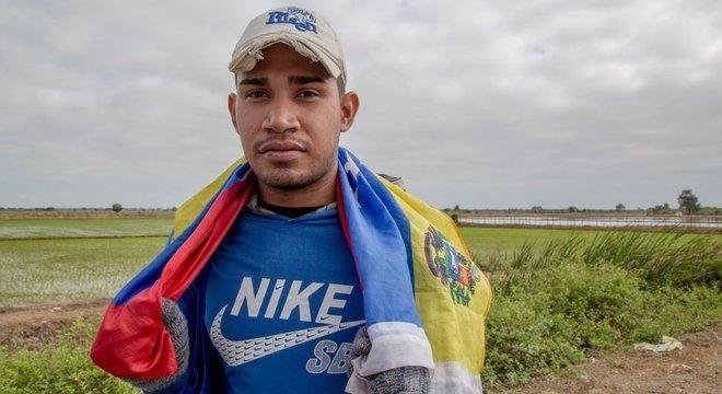 Venezuelanos emigram por terra até para países distantes, como Peru e Chile Passaporte em mãos