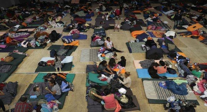 Nem todos os migrantes conseguem dormir no abrigo, muitos passam a noite ao relento