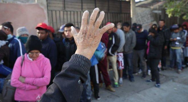 Ao chegar a Tijuana, os migrantes se juntaram a uma fila de milhares de pessoas que aguardam para entrar nos Estados Unidos