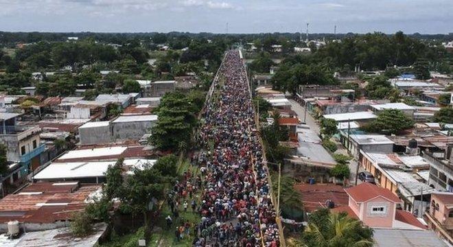 Cerca de 4.000 pessoas chegaram juntas à fronteira entre Guatemala e México
