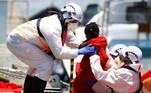 Eles foram trazidos à terra em um navio de resgate na tarde deste domingo. Crianças pequenas, algumas embrulhadas em cobertores, foram entregues à equipe de resgate, enquanto alguns adultos, visivelmente exaustos, tiveram que ser ajudados a sair do barco, mostraram imagens da Reuters