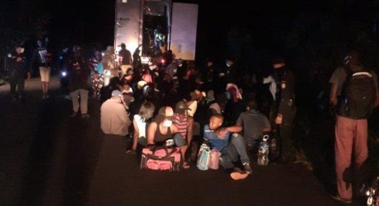 Migrantes pediam socorro e batiam em contêiner após terem sido abandonados