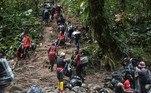 A partir de agora, tudo será subida até o topo da cordilheira que separa a Colômbia do Panamá.Chegar ao topo não será nenhum alívio. Neste ponto, o acordo termina com os guias colombianos, que correm o risco de serem detidos e processados por tráfico de migrantes pelas autoridades do país vizinho se cruzarem a fronteira
