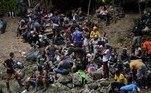 Um menino de 12 anos escorrega e cai em uma pedra na selva colombiana de Darién. O garoto não chora nem reclama, apenas ajeita a mochila que carrega no ombro e segue andando com a mãe, o pai e o irmão mais novo.Eles fazem parte de um grupo de 500 haitianos que avançam a pé em direção à fronteira com o Panamá carregados de enormes malas. São pelo menos quatro dias de travessia por uma floresta tropical infestada de cobras e grupos armados