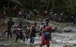 A maioria dos haitianos vem do Chile ou do Brasil, para onde emigraram após o terremoto de 2010, que deixou cerca de 200.000 mortos em seu país. O orçamento para toda a rota é de cerca de 1.500 dólares. Michaud Noel os reuniu trabalhando como operário da construção civil no Brasil. Na noite anterior à entrada na selva, o homem de 41 anos não conseguia fechar os olhos no acampamento porque se sentia