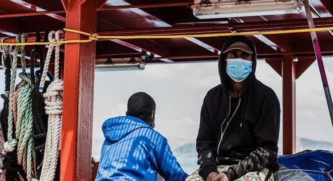 Migrantes africanos resgatados no Mediterrâneo pelo navio Ocean Viking