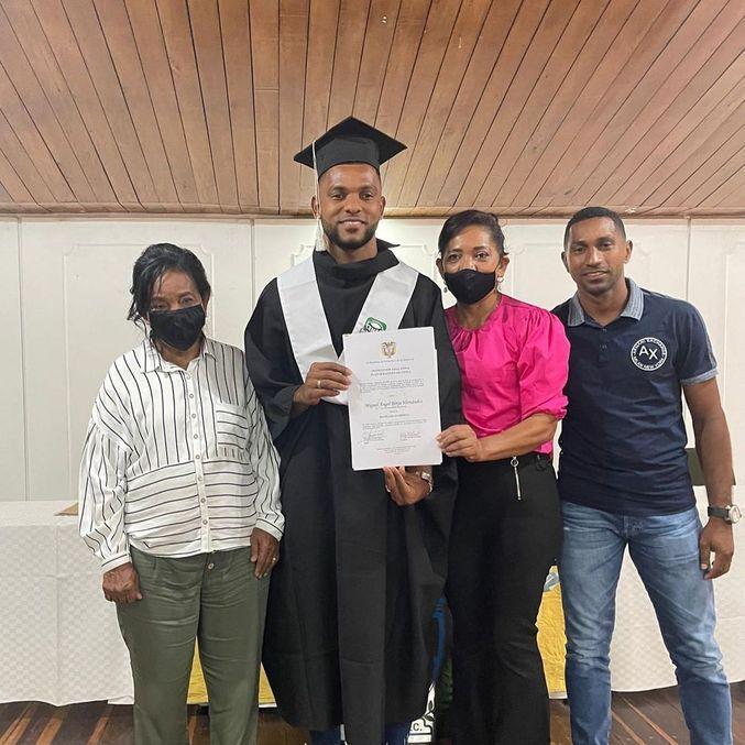 Orgulhoso, Borja mostrou diploma de conclusão dos estudos na web