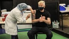 Miguel Falabella recebe 1ª dose da vacina contra covid-19