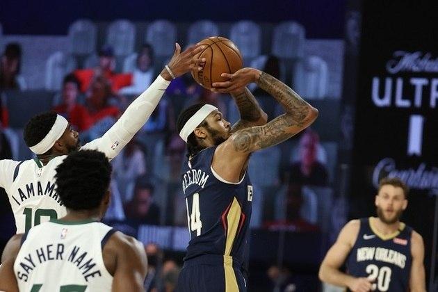 Mike Conley (Utah Jazz) bloqueia arremesso de Brandon Ingram (New Orleans Pelicans) durante a vitória de sua equipe por 106 a 104 na primeira partida da volta da NBA. Conley anotou 20 pontos e distribuiu quatro assistências, sendo um dos principais destaques do time de Salt Lake City no embate