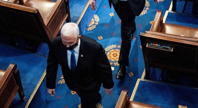 Mike Pence teve de deixar o Congresso após invasão