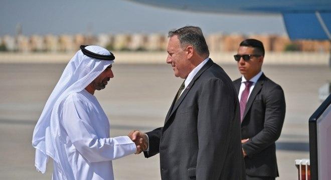 Mike Pompeo, secretário de Estado dos EUA, e autoridade dos Emirados Árabes Unidos