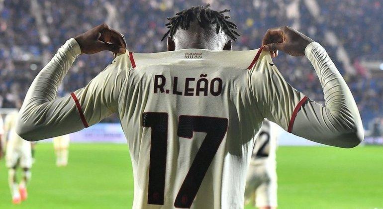 Rafael Leão, do Milan, de branco em Bérgamo