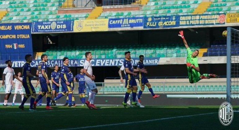 O golaço de Krunic, o seu primeiro no certame, Milan 1 X 0 Verona