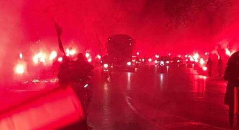 A fumaceira rubra. numa chegada do ônibus do Milan ao San Siro
