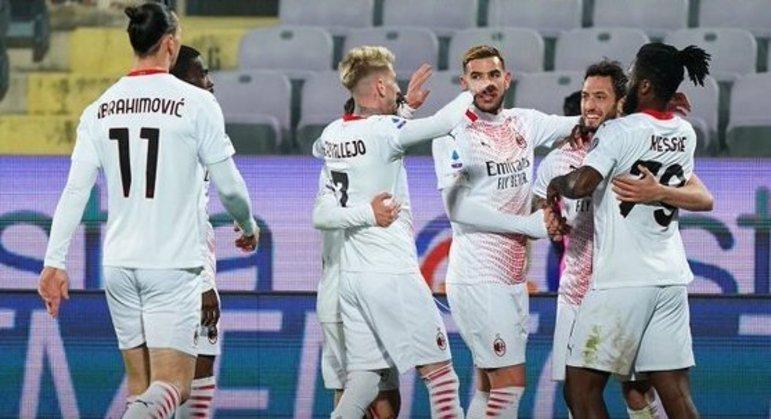 Festa do Milan em Florença, o único que resta, talvez, para enfrentar a Inter