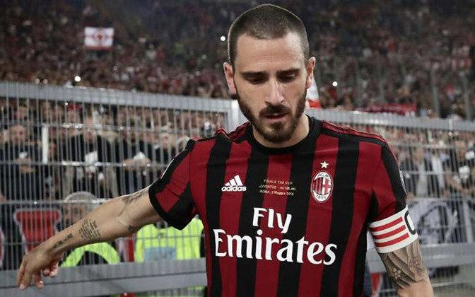 Milan: Bonucci - R$ 263 milhões - Na tentativa de se reconstruir, o Milan adquiriu um verdadeiro líder dentro de campo e que estava no banco da rival Juventus, assim Bonucci já assumiu a faixa de capitão dos rossoneris, entretanto sua passagem durou apenas uma temporada, sendo um fracasso para a equipe de Milão