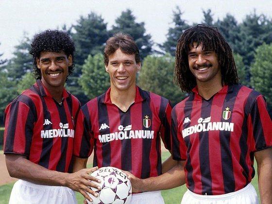 Milan - Com uma temporada mágica, comandado pelo trio holandês Gullit, Van Basten e Rijkaard, o rubro-negro se consagrou campeão do Campeonato Italiano 1991/92. Ao longo da campanha, foram 22 triunfos e 12 empates. Da Champions, o time italiano foi campeão invicto duas vezes: 5 vitórias e 4 empates em 1988-89; e 7 vitórias e 5 empates em 1993-94