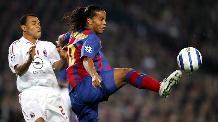 Milan na Liga dos Campeões - Pela fase de grupos da Champions 2004/2005, o Barcelona venceu os italianos de virada em casa com Ronaldinho fazendo o golaço que deu a vitória aos espanhóis aos 44 minutos do segundo tempo.