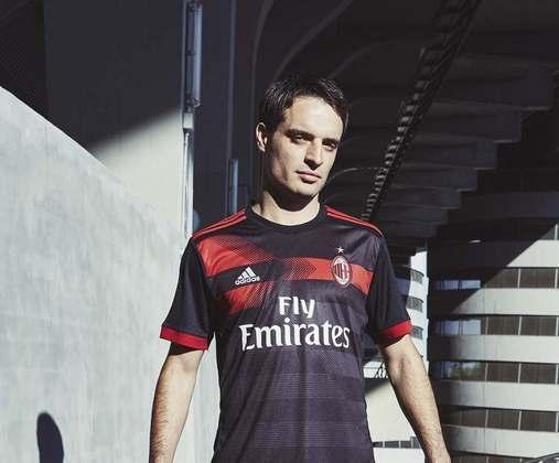 MILAN: Outro gigante do futebol europeu a ter a camisa desenhada por um torcedor, dentro da campanha do fornecedor de material esportivo. No entanto, vale relembrar que foi a terceira camisa.