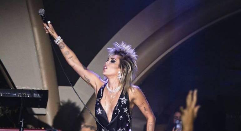 Miley Cyrus declara apoio à Britney Spears durante show