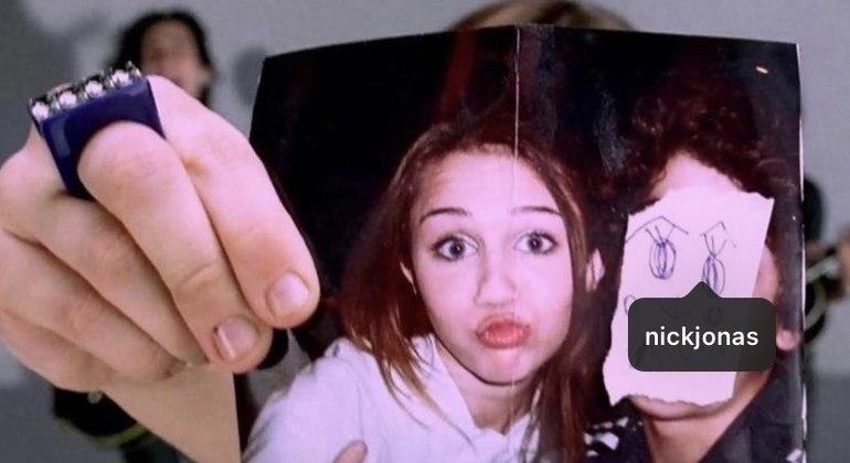 Miley Cyrus marcou Nick Jonas em homenagem à canção '7 Things' dedicada ao cantor