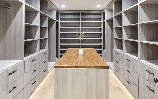 E que tal o closet principal? A residência foi totalmente renovada em 2018, ganhando ares mais modernos