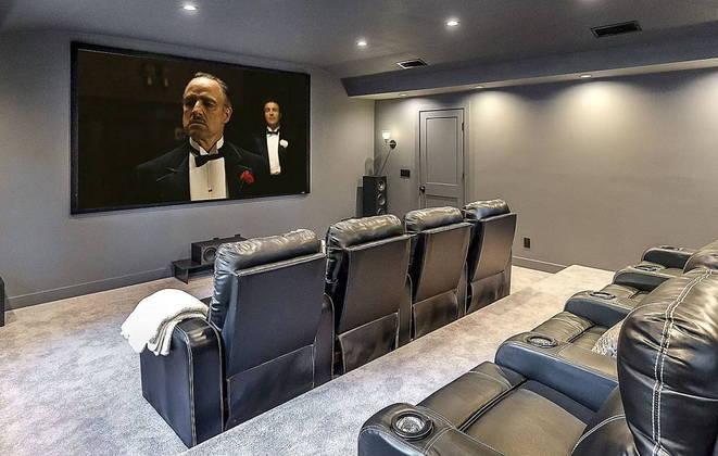 Os detalhes da residência luxuosa impressionam, a começar por um cinema particular totalmente equipado e pronto para uso