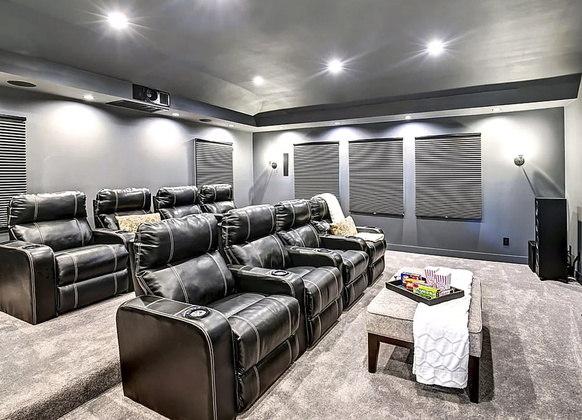 O cinema acomoda confortavelmente oito pessoas, com poltronas reclináveis que contam até com espaço para colocar copos. Além disso, o local conta tem uma tela enorme e um sistema de som completo