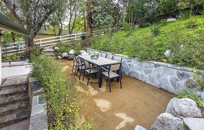 A parte externa da residência conta também com uma área cercada para a criação de animais e um local para refeições ao ar livre