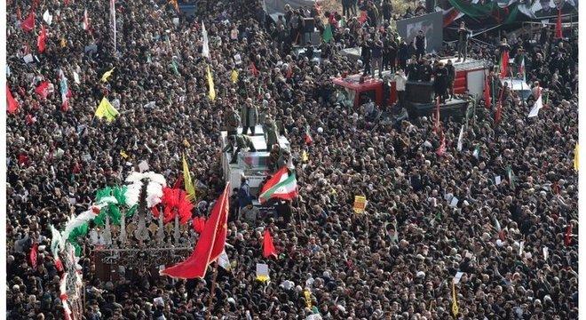 Multidão tomou ruas de Teerã para chorar morte do principal líder militar do Irã