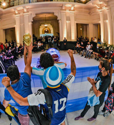 Milhares de argentinos saíram de suas casas para dar o último adeus ao ídolo Maradona. O velório do craque aconteceu nesta quinta-feira (26), na Casa Rosada, sede do governo argentino, em Buenos Aires. O clima é de emoção, tristeza e homenagem. Confira algumas fotos!