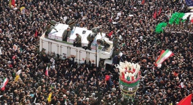 Milhões de iranianos se reuniram para velar o general iraniano Qasem Soleimani, morto em ataque americano