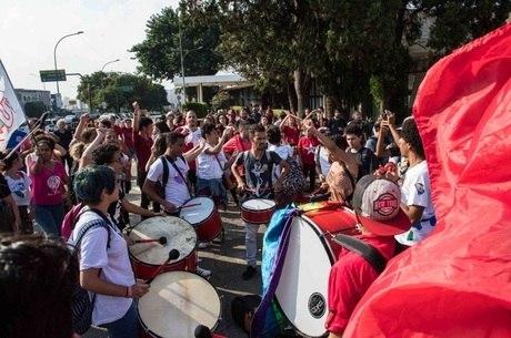 Militantes aguardam chegada de Lula em Congonhas