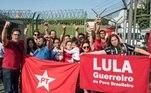 militantes esperam Lula em Congonhas